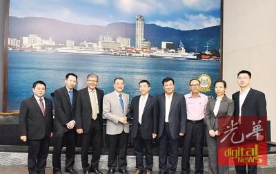 郑云峰(左5)每当平等多代表的伴随下拜访陈德钦(左4),其他为许廷忠(左3)。