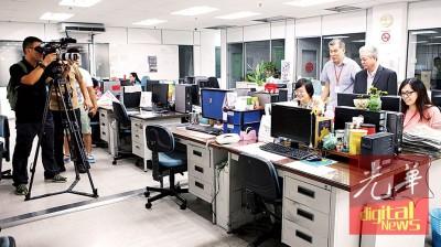 华夏新闻社摄录队在本报编辑部进行拍摄工作。
