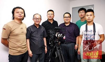 前来槟城拍摄孙中山足迹记录片的中新社摄录队人员和本报总经理李兴前(左2)与署理总经理林星作合照。