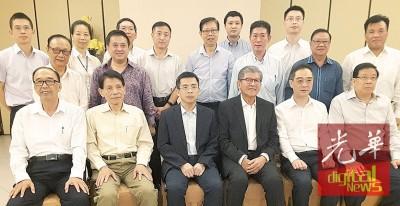 槟厦友好协会与郑云峰副市长宴会后合照,前排左起为邓国彬,丁福南、郑云峰、许廷忠、吴骏及祝友成。