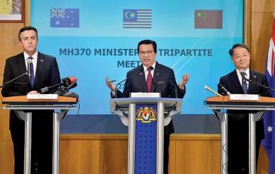 马澳受到三国部长召开记者会发布马航MH370找工作之新星进展,左起:直达仁彻斯特、廖中莱以及杨传堂。