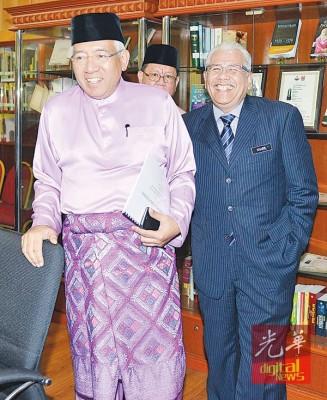 马哈兹尔卡立(左)与教育总监丹斯里凯尔出席国家语文及出版局开斋节门户开放活动。