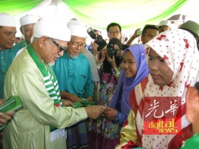 哈迪阿旺(左)派青包给民众。