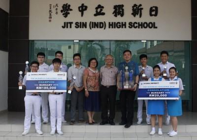 得奖同学与导师及正副校长分享喜悦。