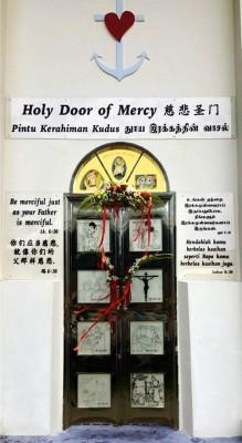 """""""慈悲圣门""""位于圣安纳老堂侧门,经过圣门的人都能感受天主的爱。"""