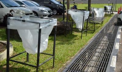 庆典提倡环保意识在多处放置垃圾袋,鼓励人们在参与庆典期间保持环境整洁。