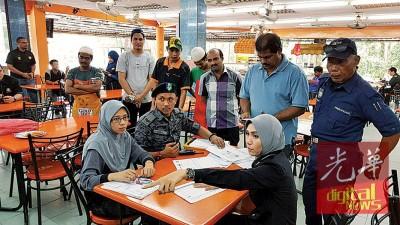 柔州移民局执法组前往巴西古当的某餐馆检举非法外劳。
