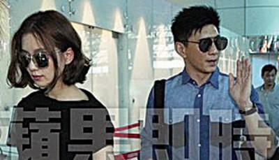 吴奇隆(右)和刘诗诗现身桃园机场,准备出境离开,和粉丝挥手再见。