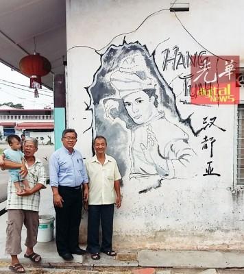 周世扬(倍受)以及农民在新打成的汉都亚壁画合照。