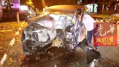 杨发财的轿车严重撞毁。