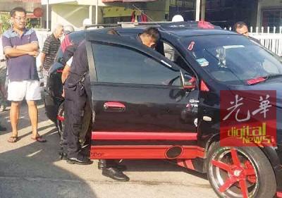 警方人员将落网窃徒押上匪车。