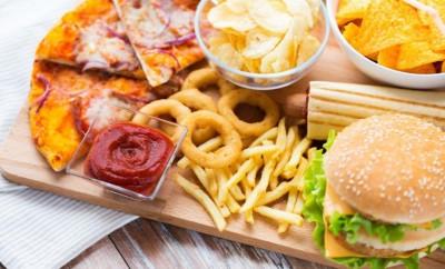 """喀拉拉邦政府对披萨汉堡等垃圾食品征收""""脂肪税""""。"""