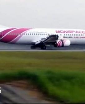 """贴上""""Monspace Airlines""""字样的Suasa航空,降落在吉隆坡国际机场。"""