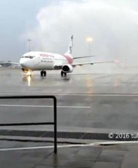 """Monspace Airlines""在吉隆坡国际机场接受传统的首航洒水仪式。"