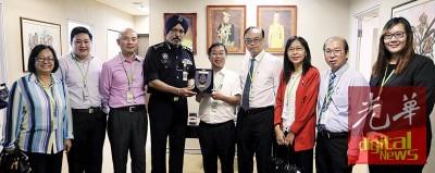 阿玛星(左4)接见单敬英(左起)、张庆益、林立迎、陈国伟、方贵伦、郭素沁、林晋伙及蔡珍莉,旅讨论吉隆坡城市罪案课题。