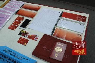 派出所起获提款卡、支票簿、手机、国际护照及入会表格。
