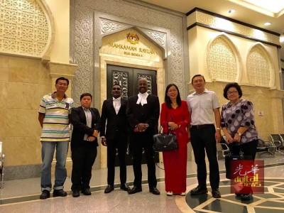 郭素沁(右3)在胜诉后,在法庭外与律师、亲友及同僚合照。