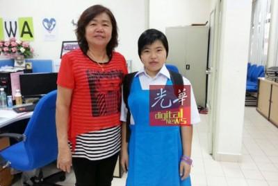 覃美兰(右)在马华巴东勿刹区会副主席丘秀冰(左)的陪同下,重新回校上课。