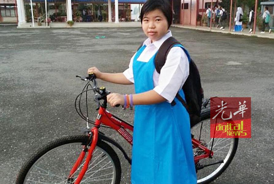 社会热心人士报效脚踏车予覃美兰,让她骑脚踏车上学。