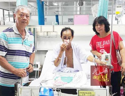 潘国基(左)与王桂叶(右)探望车祸后在合艾医院接受治疗的王文光(中)。