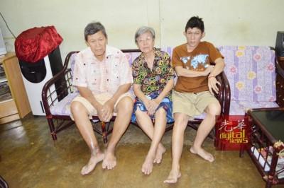 陈国海(左起)、詹金桂与智障儿子陈俊豪相依为命。