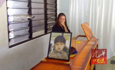 """看到2岁儿子庄延森遗体躺在棺木里,额头出现了几个淤青斑点,陈妍君泣不成声,无助地问""""孩子怎么又受伤了?"""""""