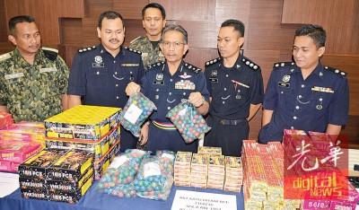 刑事调查主任纳西尔展示爆发力强大的爆竹。