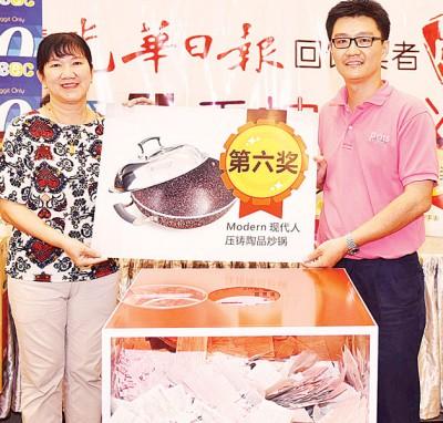 林志顺(右1)于陈华华见证下,抽取第六奖:1卖现代人压铸陶晶炒锅。