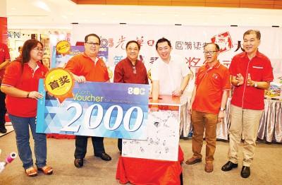 韩帼锠(右3)于林炎葵(左3)、李兴前(右2)、林星作(左2)跟王平松(右1)伴随下,抽出第一奖:总值2000令吉SEC现礼券。