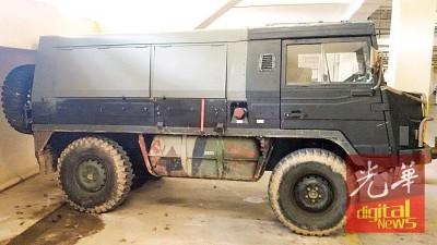 男子将军用装甲车改装后上路。