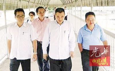 陈德钦(右2)于郑再安(左1)的伴随下,巡视巴东无刹货柜转运站的操作状况。