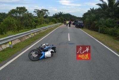 11岁男童独自骑摩托车,途中疑超速导致失控打滑,当场毙命。