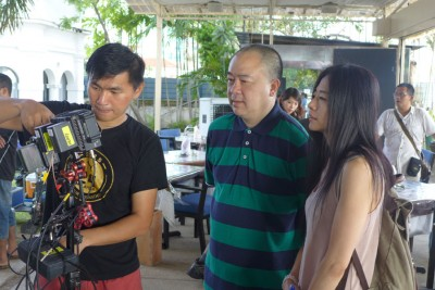 焦媛(右1)非常关心整个拍摄效果。
