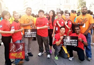 """槟城社青团团长胡佑强与同僚们也完成""""与冠英同在""""。"""