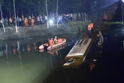长途巴士爆胎后坠入桥下,造成26人死亡,仅4人生还。
