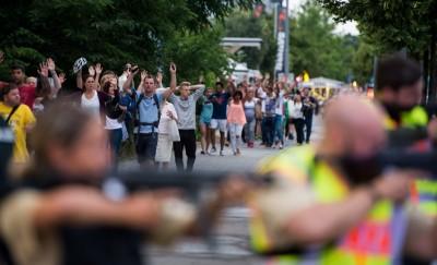 人群慢慢离开,警员则持枪全面戒备。(法新社照片)