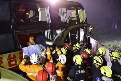 消防从车内救出被困人士。