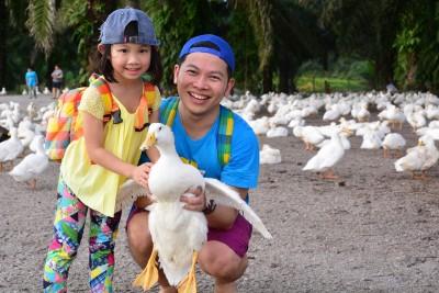 吴沭澔的独生子吴杫诺今年7寒暑,吴沭澔常带着女儿到处出游。