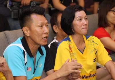 吴汭益(左起)和妻子黄丽吟全神贯注收看决赛。