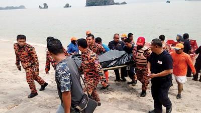 搜救队员将遗体抬上岸。