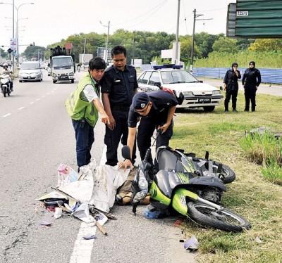 警察到车祸现场调查。