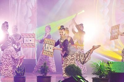舞蹈员跳舞宣传锺灵百年校庆。