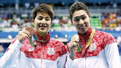摘得里约游泳赛首金的萩野公介(右),与拿下铜牌的濑户大也合影。