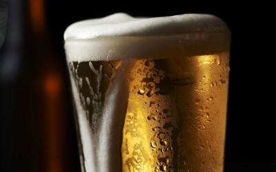 赵男喝冰冻啤酒后洗澡,引发脾动脉瘤爆炸。