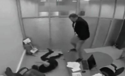 男子爬上桌,对着被打趴地上的主管撒尿。