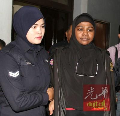 43年的眼前保安人员茜娜达祖丁(右)给指控鼓吹恐怖主义活动和为极端组织提供救助。