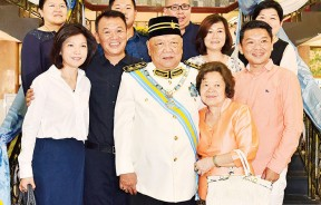 拿督斯里周昌江受封DGPN,其家人到场祝贺。