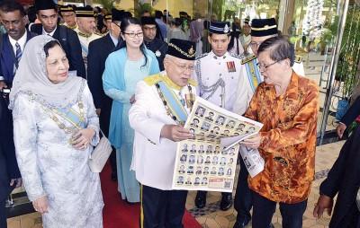 本报副总经理梁宗宝将《光华日报》特别推出的精美受封特辑给予州元首观赏,获得州元首的高度赞扬。