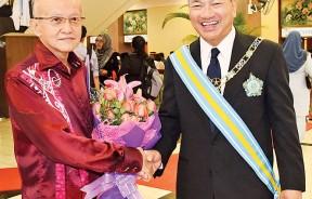 世德堂谢公司主席准拿督谢瑞发(左)与香港惠理集团主席拿督斯里谢清海宗长DGPN(右)合照。