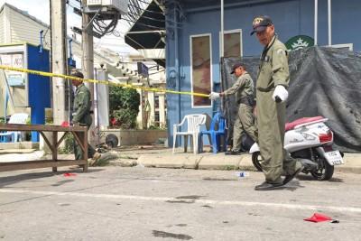 警方在爆炸现场调查。